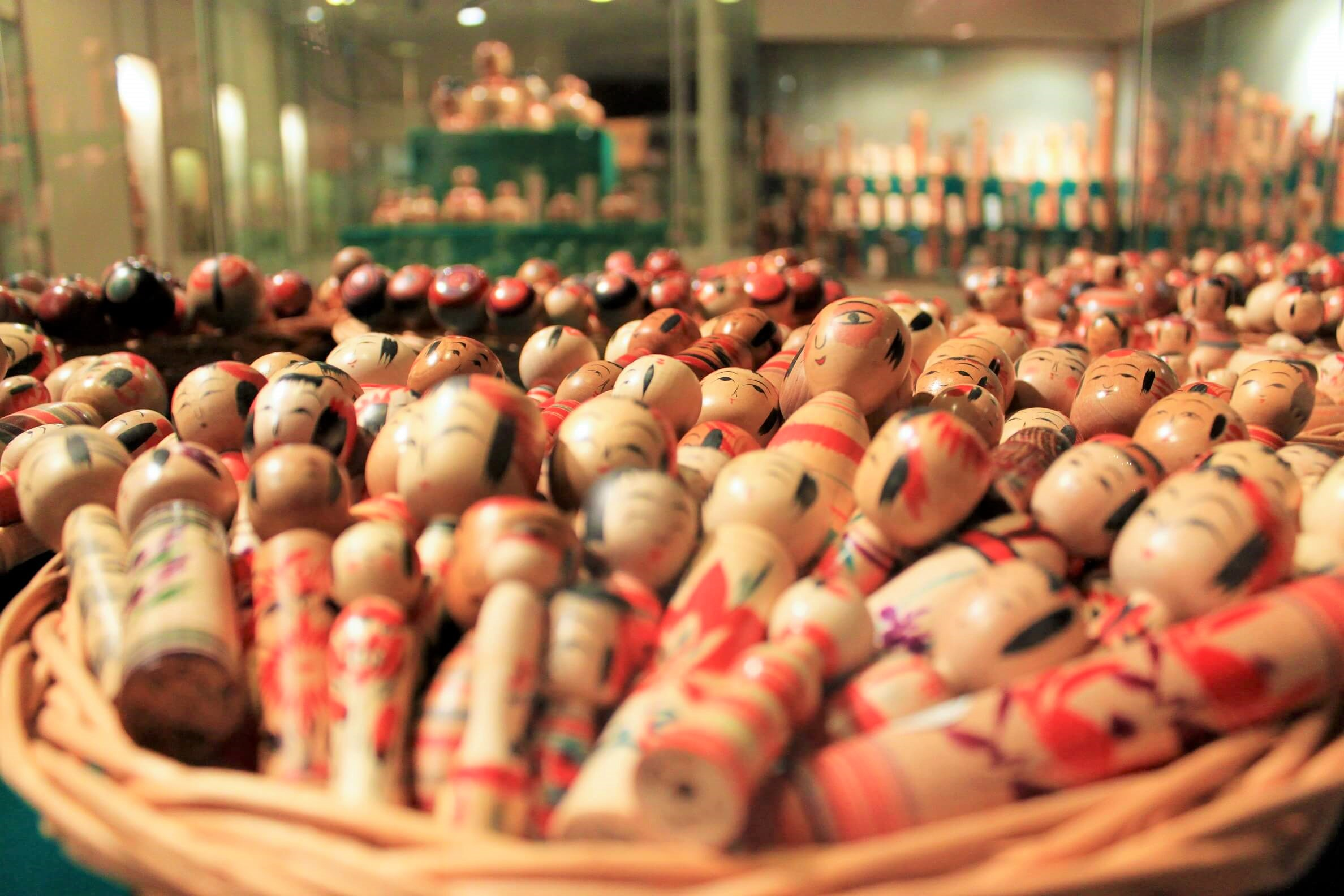 5,500点以上のこけしを展示!東北各地で発展した伝統こけしの奥深い世界に浸ろう。「みやぎ蔵王こけし館」